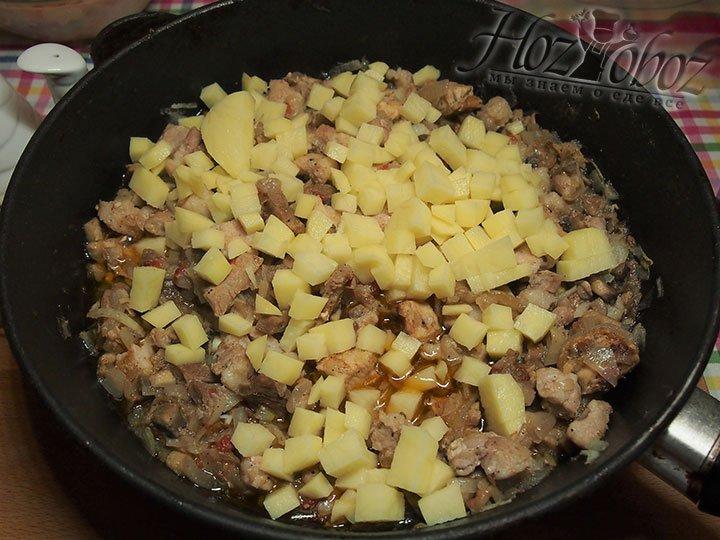 Картофель добавим к начинке и слегка потушим