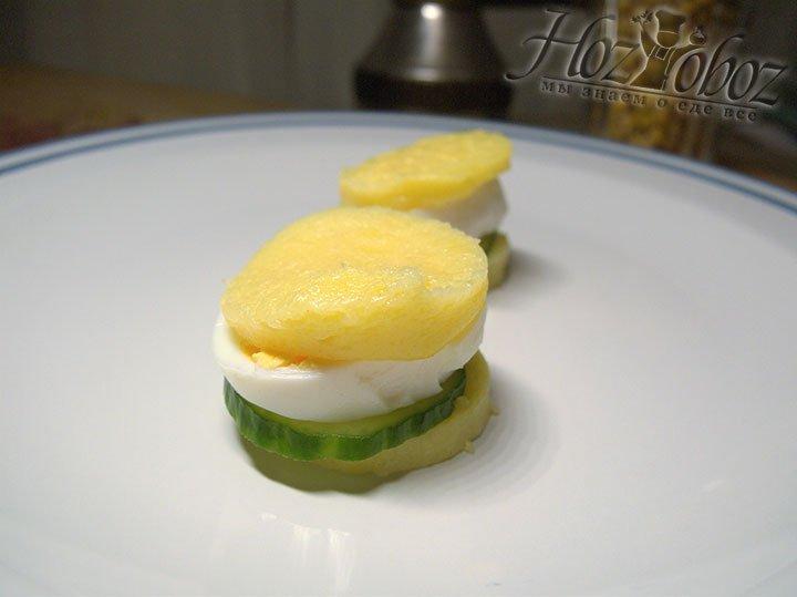 Из поленты можно приготовить тарталетки из отварного яйца и овощей