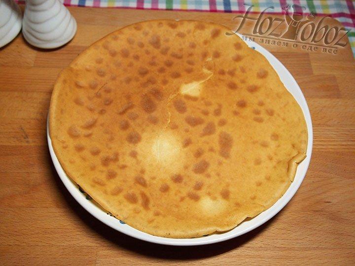 Готовые блины выкладываем на тарелку, чтобы остыли