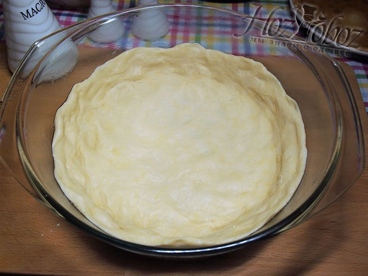 Для формирования донышка пирога тесто пальцами распределим по дну и стенкам формы для выпекания