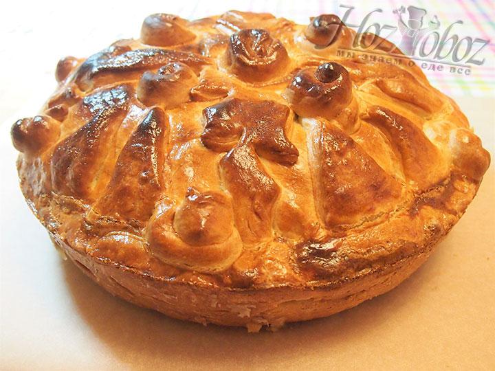 После остывания пирог вынимаем из формы для запекания