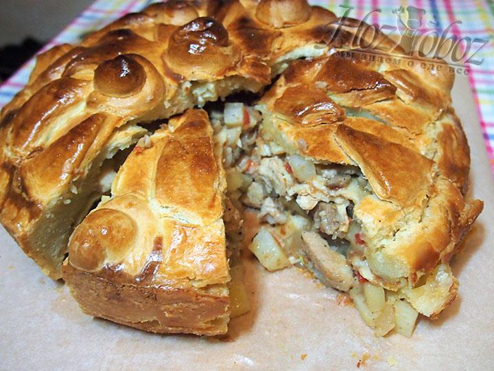 Остывший пирог нарезаем на порционные куски
