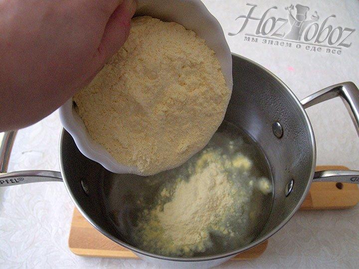 Муку вводим в кипящую воду маленькими частями, чтобы не образовались комочки