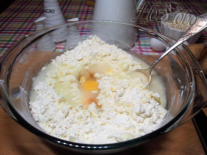 Масло сливочное разотрем с мукой и добавим в крошку воду и яйца, все перемешаем