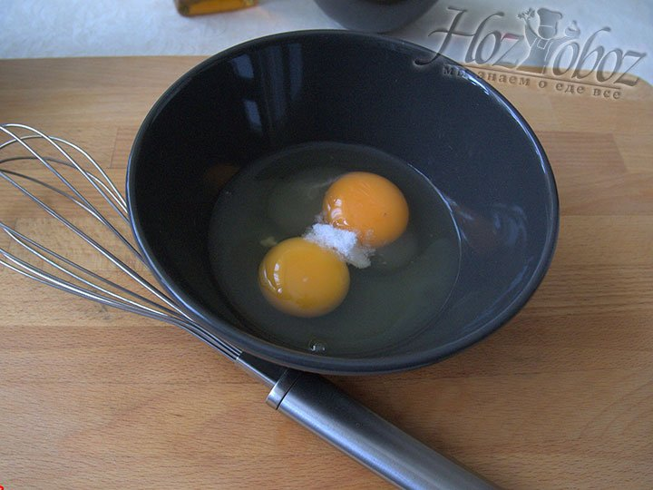 Для приготовления кляра соединим яйца и соль