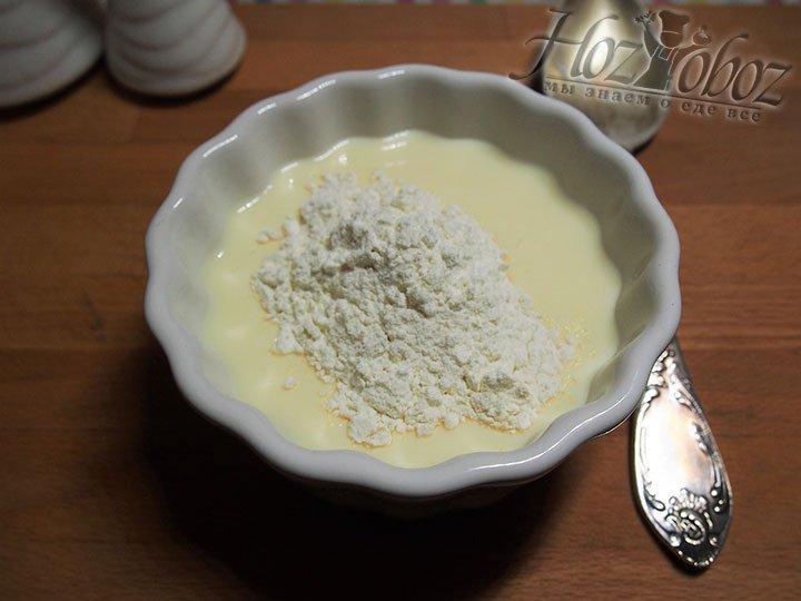 Для приготовления блинов смешаем ряженку и яйцо, взобьем смесь, подсолим ее и добавим муку
