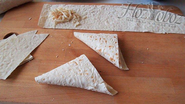 Загибаем углы лаваша пока сыр не окажется внутри, как в конверте