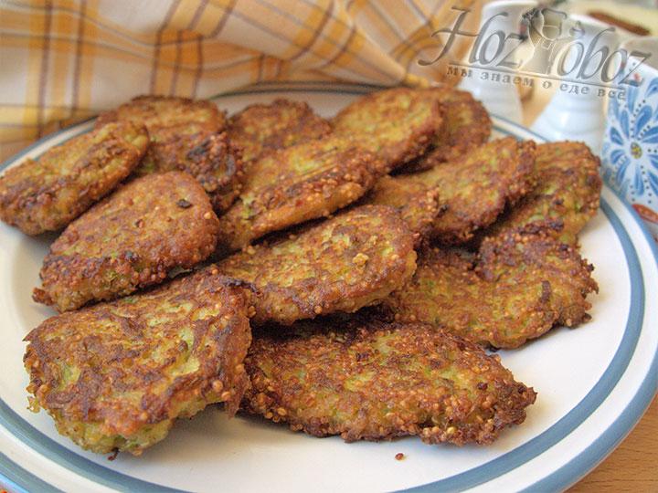 Обжаренные оладьи перекладываем на большое блюдо, подаем на стол