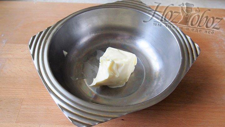 Масло сливочное выкладываем в чашу для нагревания