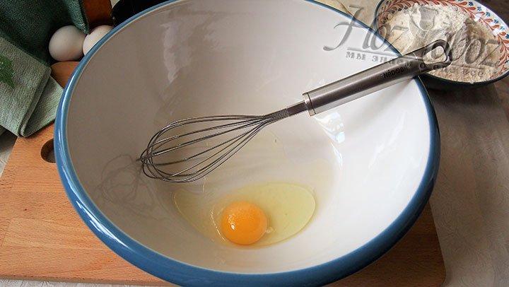 Приготовление теста начнем со взбивания яиц
