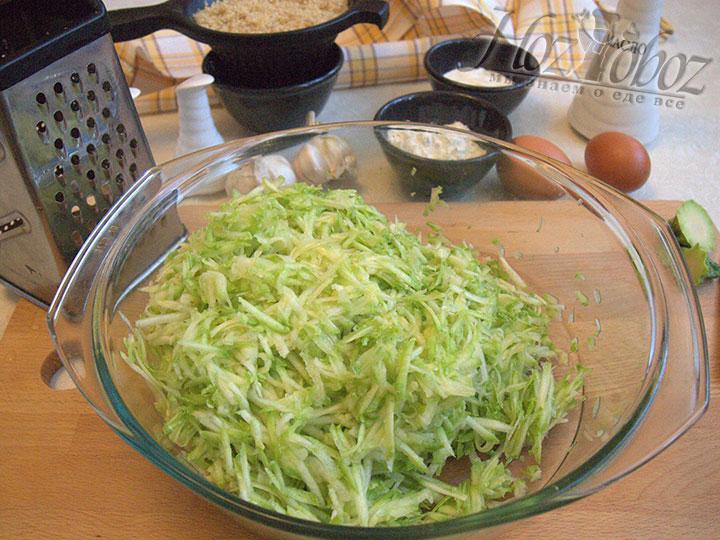 Приготовим кабачки - помоем их, натрем на крупной терке