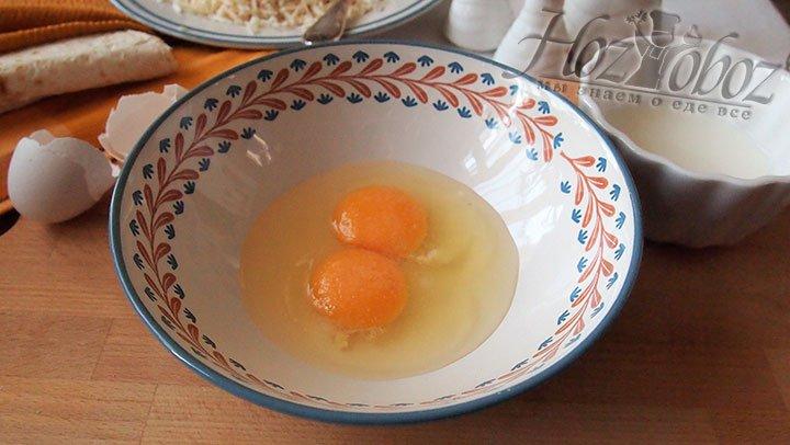 В небольшую чашу разобьем яйца, добавим соль