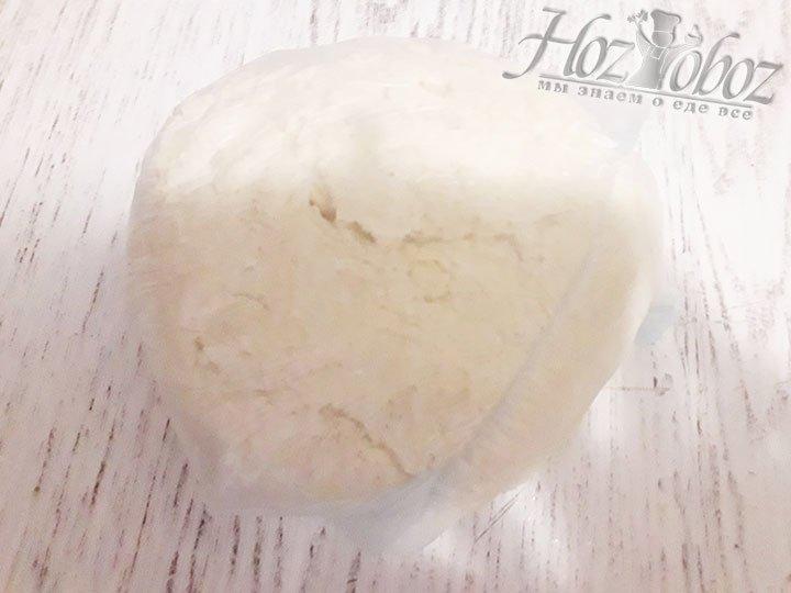 Из крошки формируем шар, спрячем его в кулек или пищевую пленку и отправим в холодильник на 2 часа