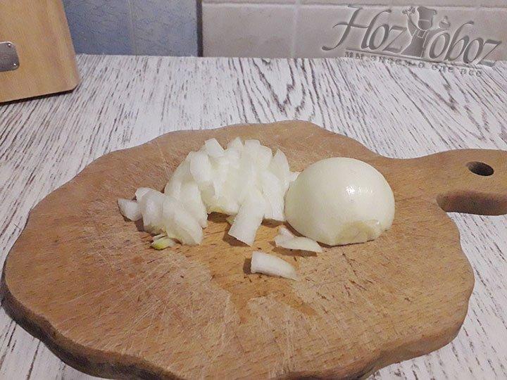 Тем временем готовим начинку, начинаем с нарезки луковицы