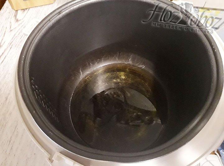 В мультиварку или сковородку наливаем растительное масло и разогреваем его