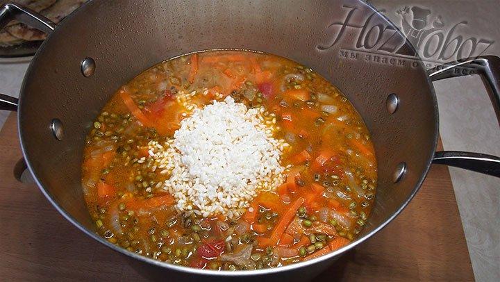 Рис выложим в кастрюлю, накрываем крышкой и варим на среднем режиме