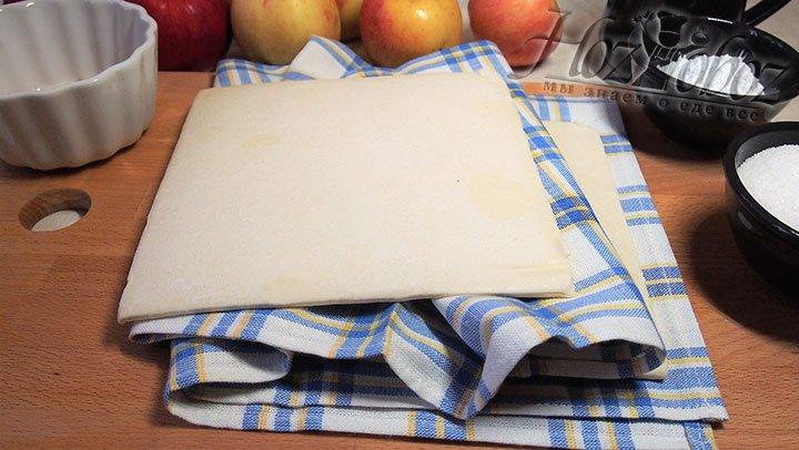 Тесто выложим на полотенце согреваться