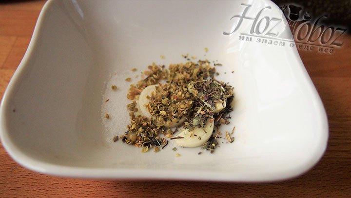 Чеснок, сушеные травы и соль перетрем в чаше для смешивания