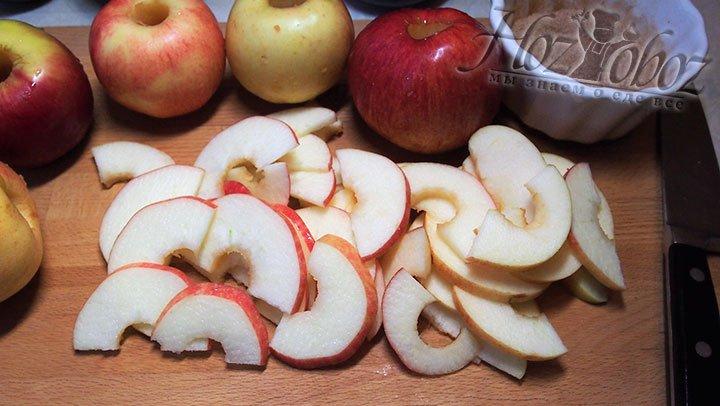 Половинки яблок нарежем тонкими полукольцами