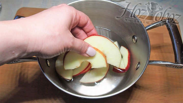 Из воды и второй половины сахарного песка приготовим сироп, выложим в него яблоки