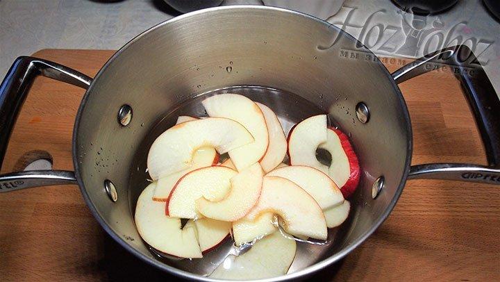 Нарезанные яблоки слегка отварим