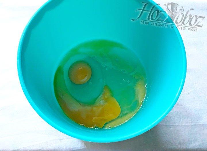 В миску поглубже разбиваем яйца=