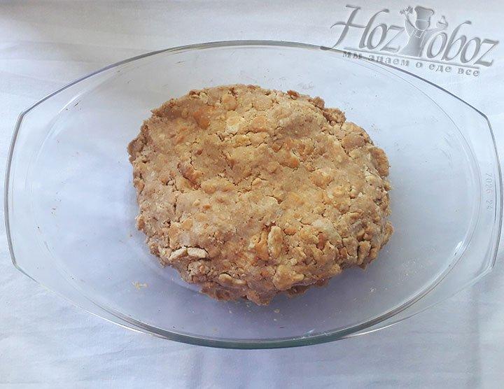 В раздробленное печенье добавьте масло нарезанное кубиками, сформируйте шар