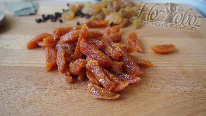 Сушеные абрикосы и изюм промоем, обсушим, абрикосы нарежем тонкой соломкой