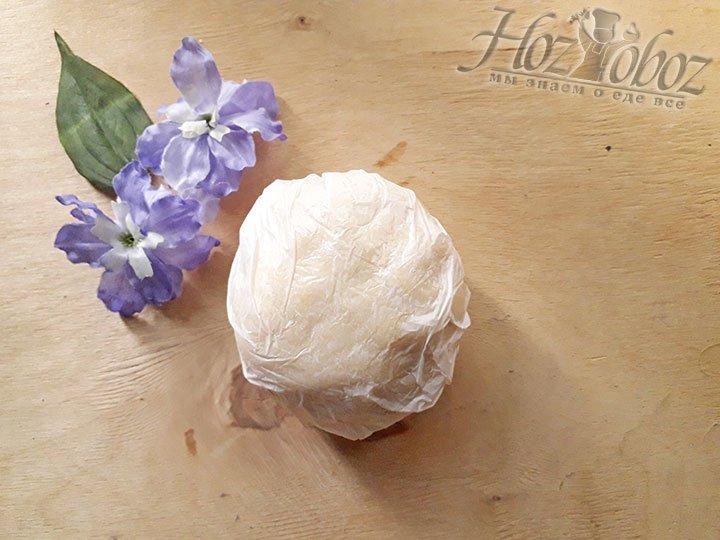 Заверните шар из теста в пищевую пленку и отправьте в холодильник на 30 мин.