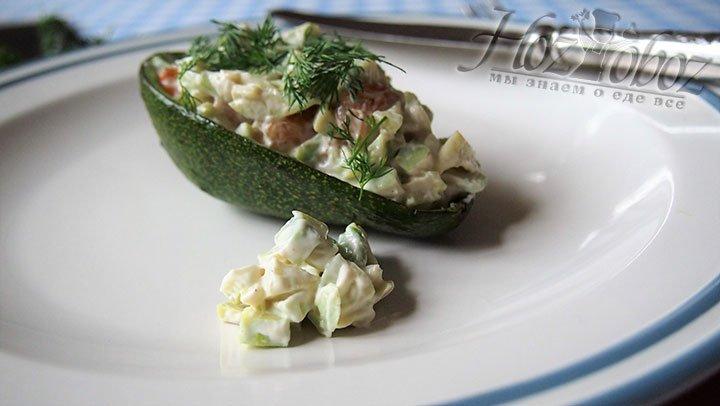 Готовый салат выложим в формочки от авокадо и подаем на стол на больших тарелках. Приятного аппетита!