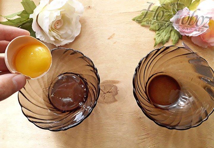 Разделите желтки и белки по отдельным мискам