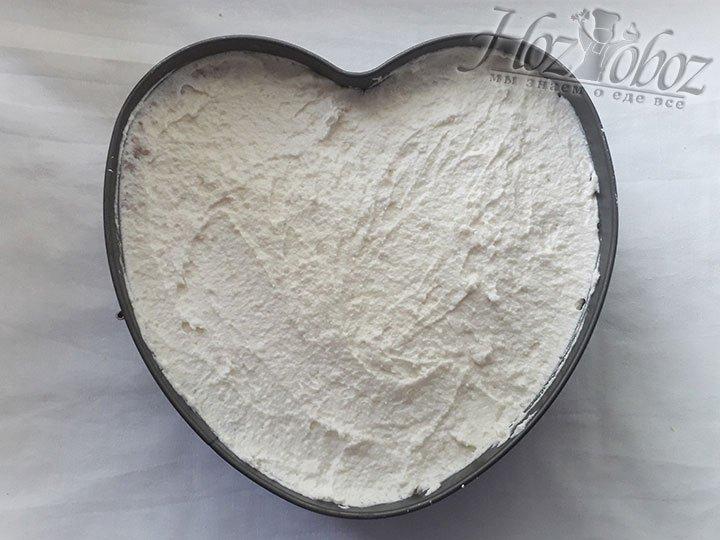 Добавляем крем в основу из печенья и прячем в холодильник не меньше чем на 2 часа