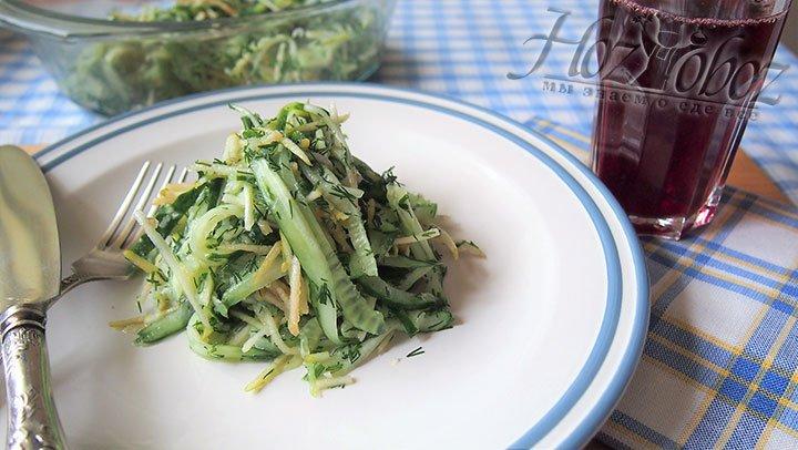 Готовый салат раскладываем на раздаточные тарелки, полаем на стол