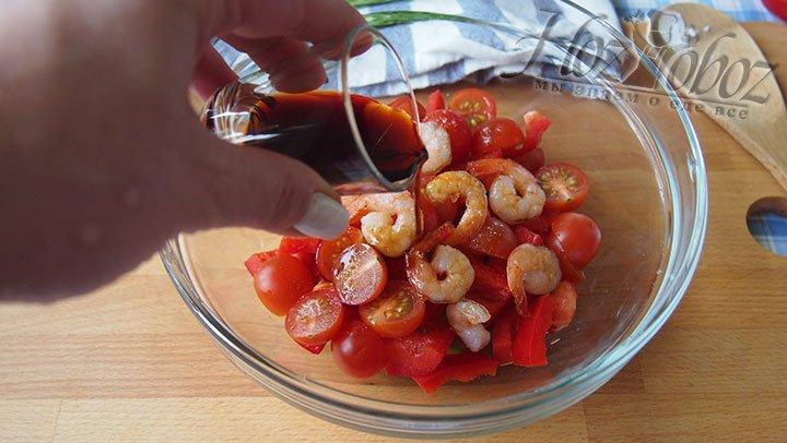 В чаше для смешивания продуктов соединим ингредиенты, добавим соус и соль