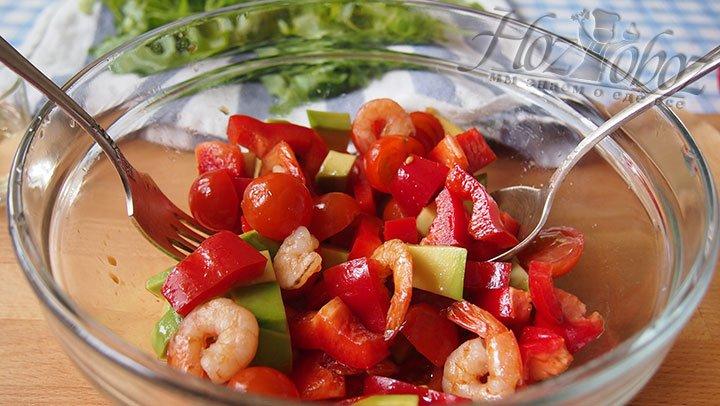 Овощи и креветки перемешаем и оставим мариноваться на несколько минут
