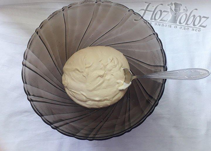 Готовим крем. К набухшему желатину добавьте сметану