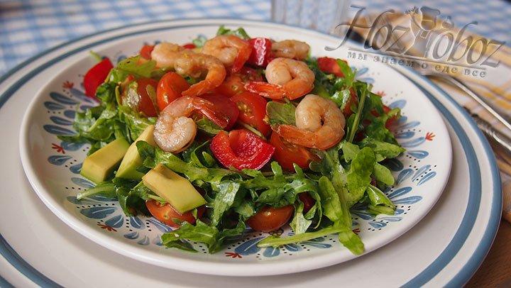 Салат красиво и вкусно выкладываем на большую тарелку. Подаем к столу