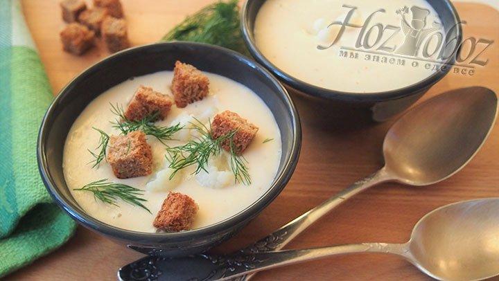 Разливаем готовый суп в чашки и подаем на стол, украсив зеленью, сухариками и соцветиями.