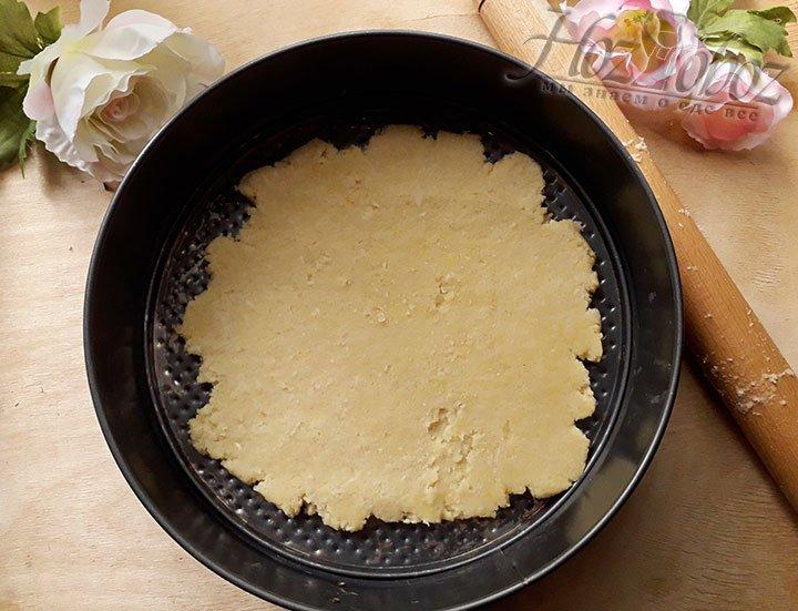 Достаньте тесто из холодильника и распределите его по форме для торта