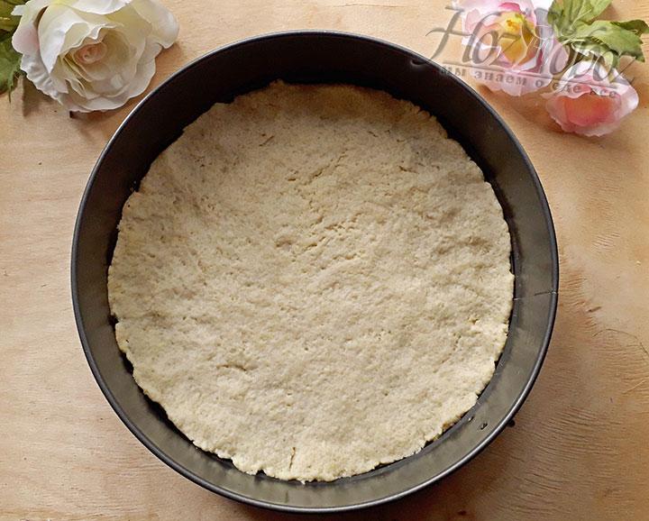 Разогреваем духовку на 160 градусов, прокалываем корж вилкой в нескольких местах и выпекаем его примерно 15 минут, чтобы он слегка подрумянился