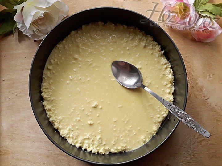 Теперь достаньте корж из духовки, добавьте начинку и снова отправьте в духовку при этом поднимите температуру до 180 градусов