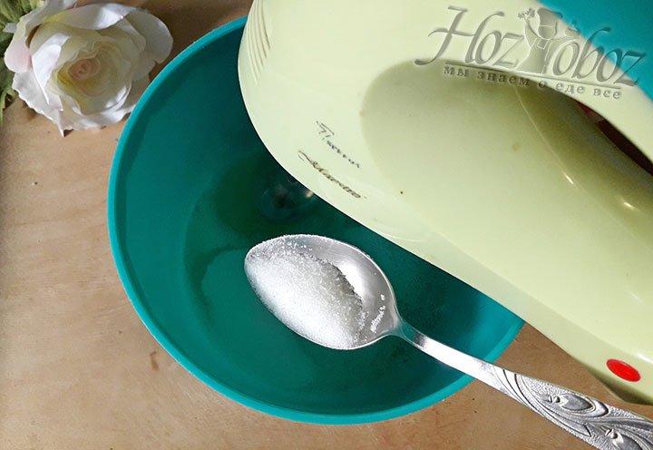 Пришла очередь приготовить суфле, взбивайте белки понемного добавляя к ним сахар