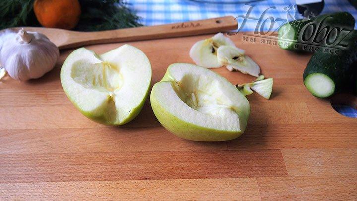 Яблоко разделим на половинки, удалим сердцевины