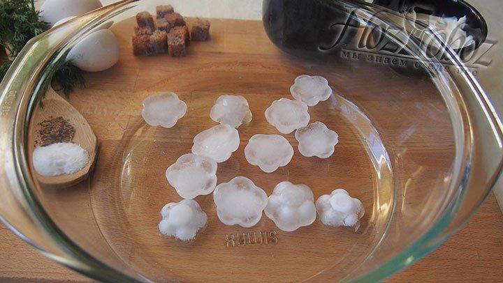 В большую чашу выложим кубики льда