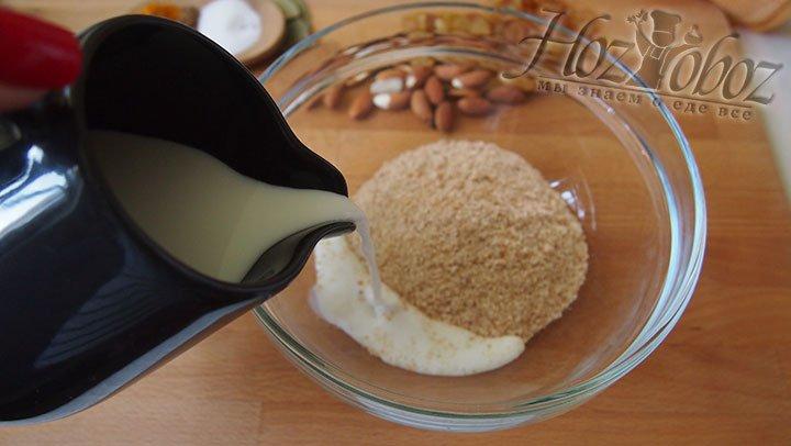 В чаше для смешивания продуктов соединим сухари панировочные и молоко, добавим соль