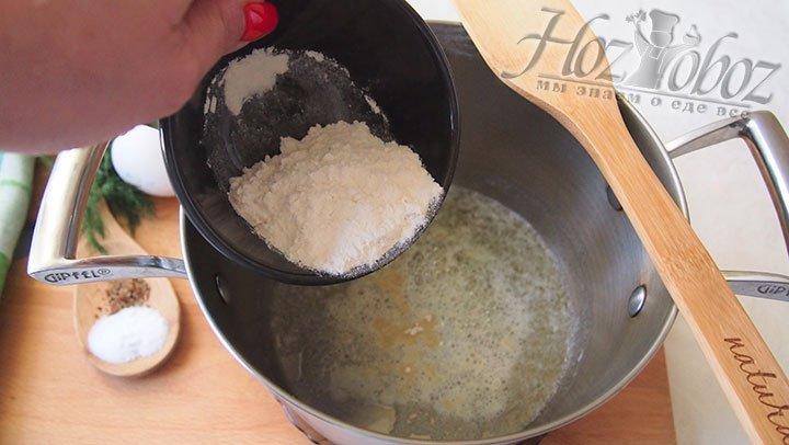 В закипевшее масло сливочное всыпем муку, зарумяним её