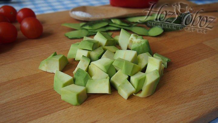 Мякоть авокадо нарезаем на кубики