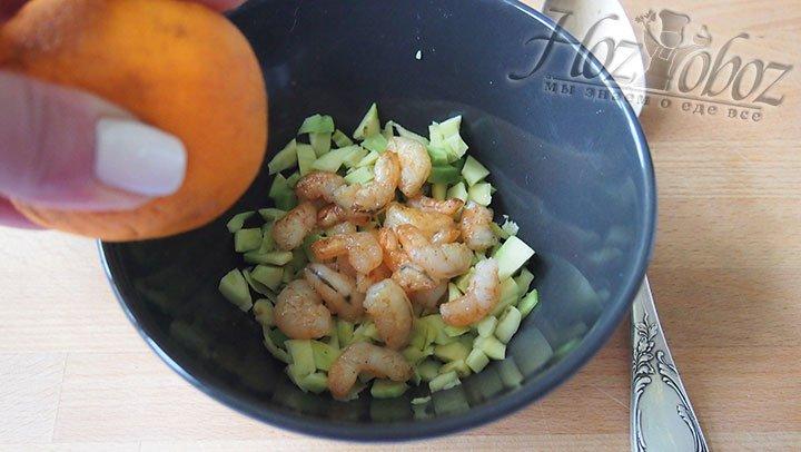 Подготовленные авокадо и креветки сбрызнем соком лимона