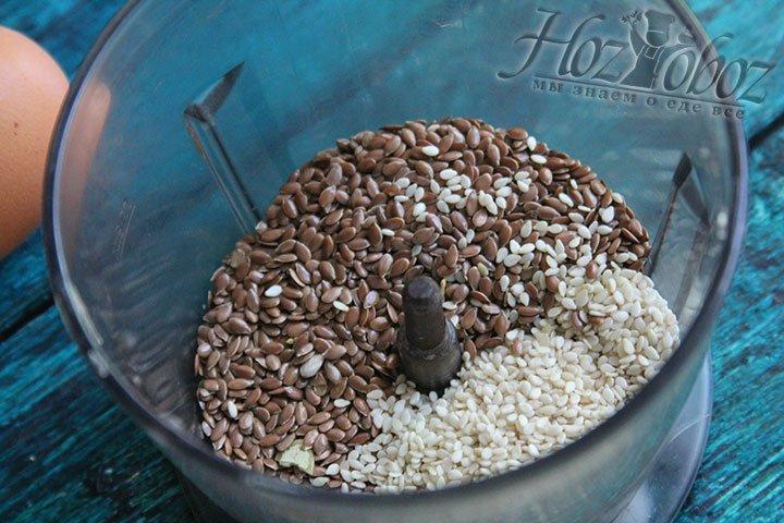 Берем семена льна и кунжута насыпаем в погружной блэндер