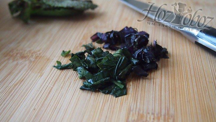 Зелень нарежем и добавим к салату